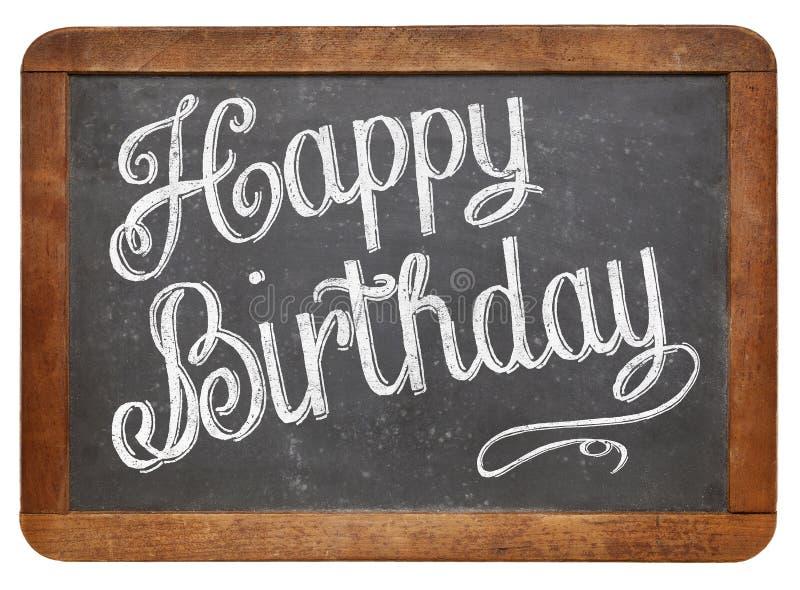 Feliz cumpleaños en la pizarra de la pizarra imagen de archivo