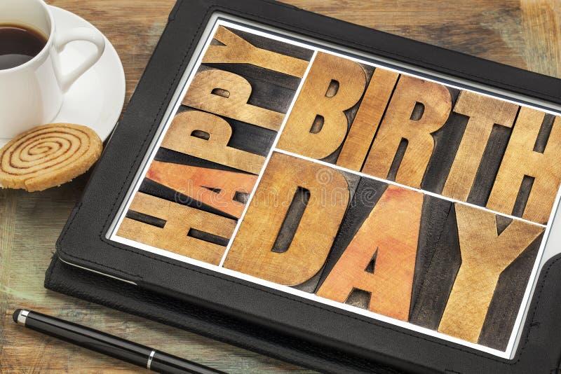 Feliz cumpleaños en la tableta digital fotos de archivo