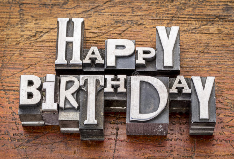 Feliz cumpleaños en tipo del metal foto de archivo