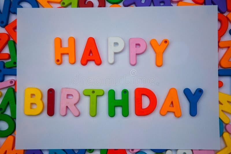 Feliz cumpleaños escrito con los bloques del alfabeto fotografía de archivo libre de regalías