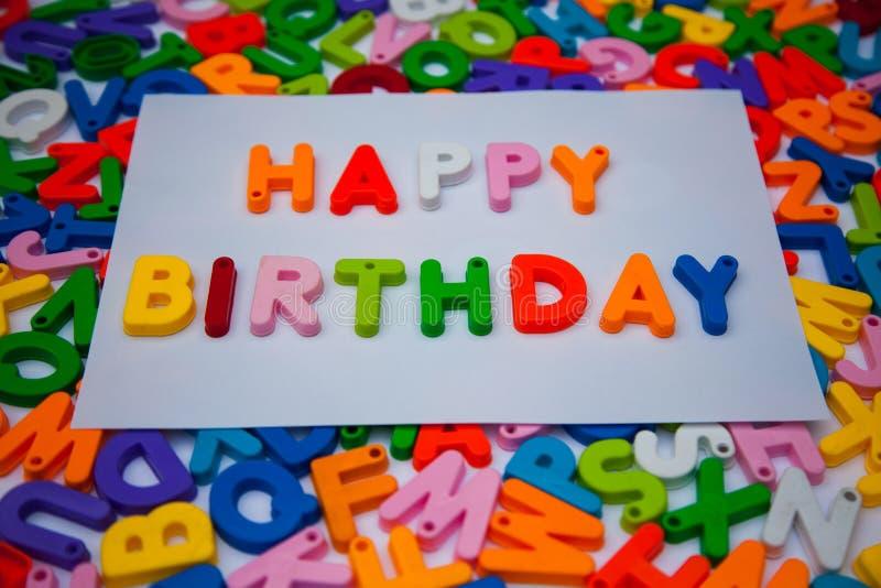 Feliz cumpleaños escrito con los bloques del alfabeto fotos de archivo libres de regalías