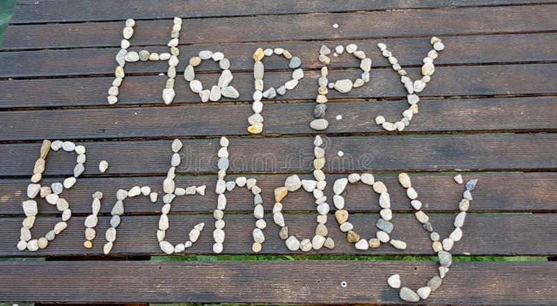 feliz cumpleaños hecho con las piedras foto de archivo