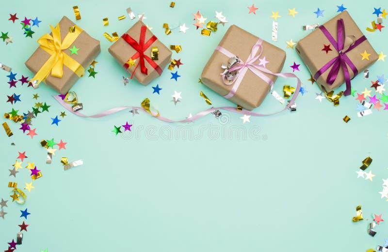 Feliz cumpleaños y caja de regalo en fondo del color foto de archivo