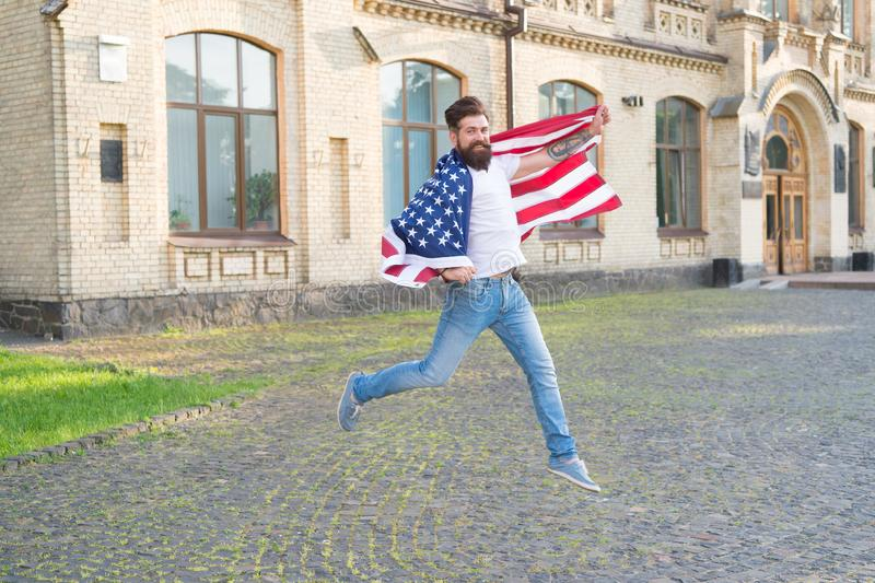 Feliz de ser naturalizado en los Estados Unidos Hombre barbudo que gana ciudadanía de los E.E.U.U. Ciudadano americano que celebr imágenes de archivo libres de regalías