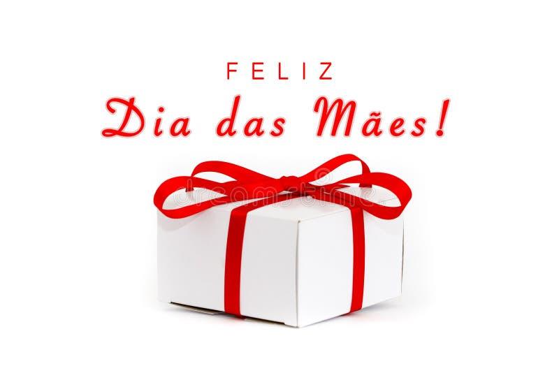 Feliz Dia das Maes in het Portugees: Gelukkige Mothers's-Dag! tekstbericht en het witte vakje van de kartongift met decoratieve stock fotografie