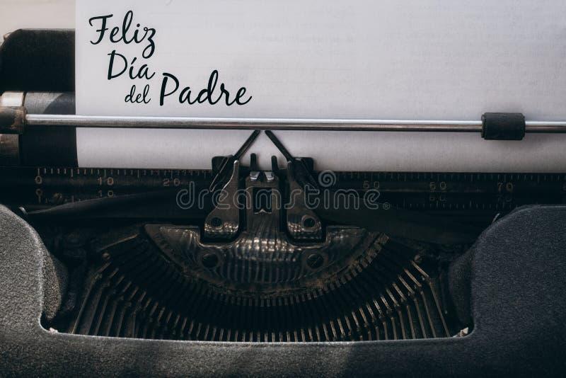 Feliz dia del padre écrit sur le papier photographie stock libre de droits