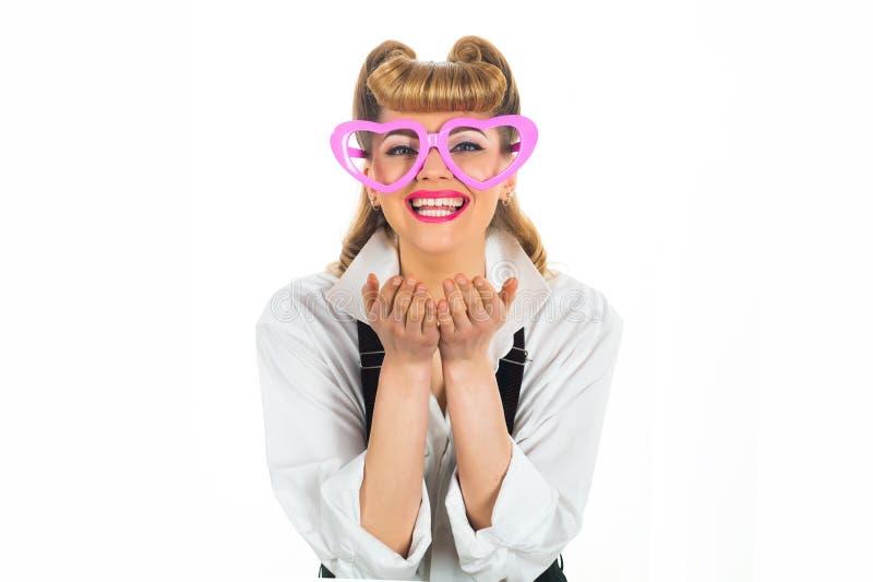 Feliz Dia dos Namorados Garota com óculos em forma de coração Beijo de ar Mulher apaixonada Garota em óculos cor-de-rosa foto de stock royalty free