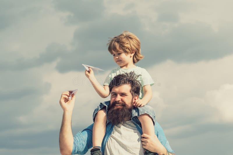 Feliz dia dos pais Pai e filho estão brincando no fundo do céu Pai e filho no parque Liberdade para Sonhar - Joyful Boy fotos de stock royalty free