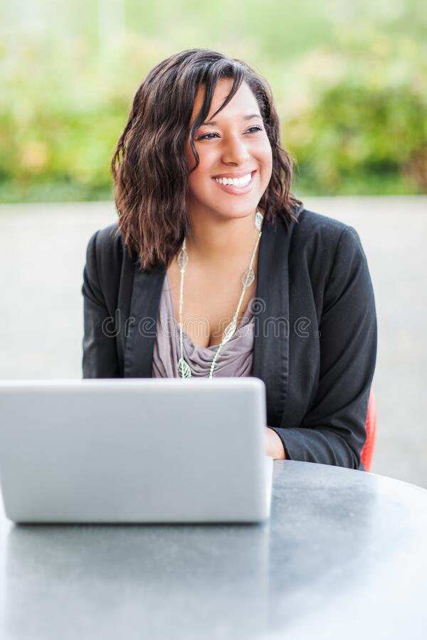 Feliz empresaria afroamericana trabajando en su laptop fotos de archivo