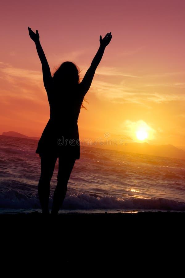 Feliz en la playa imagen de archivo