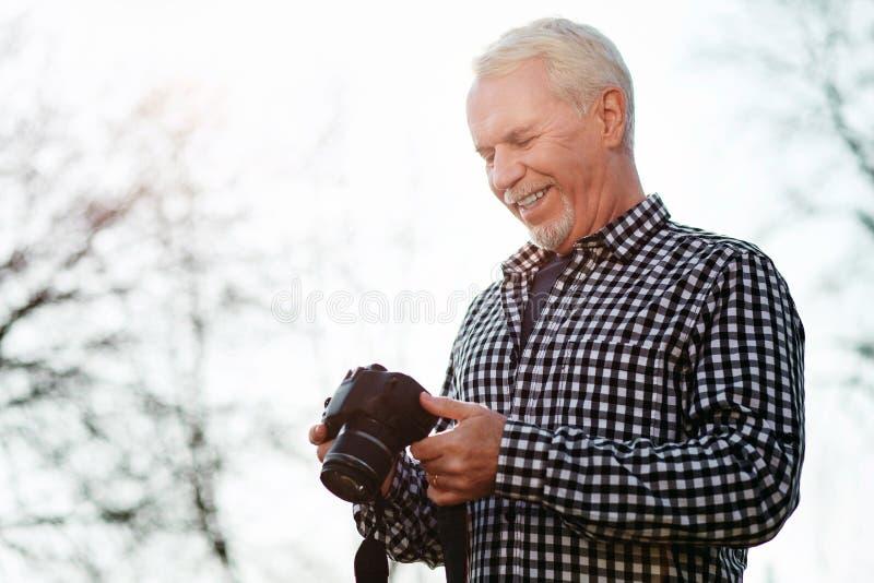 Feliz foto de examen del hombre mayor imagen de archivo libre de regalías