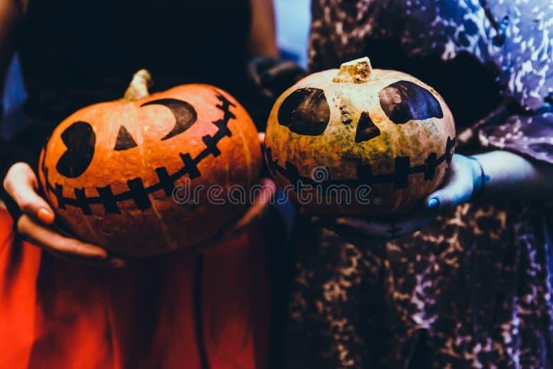 Feliz Halloween que talla la calabaza en la tabla en el hogar Familia feliz que se prepara para Halloween foto de archivo