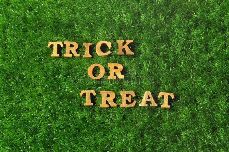 Feliz Halloween, truco o invitación en el fondo de la hierba, concepto de la naturaleza imagen de archivo