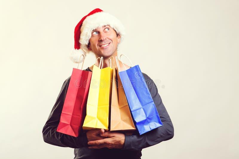 Feliz hombre comprando regalos de Navidad para la celebración familiar Ventas de compras de invierno Celebración navideña Feliz a imagen de archivo