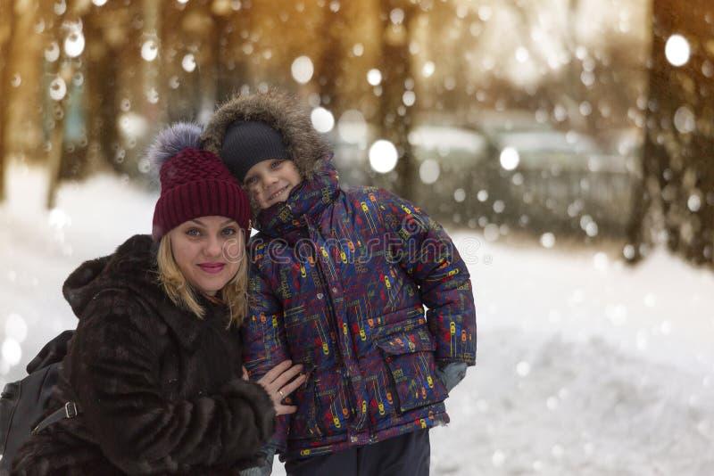 Feliz, madre, paseo, hijo, día de invierno, caídas de la nieve, Año Nuevo, la Navidad fotografía de archivo libre de regalías