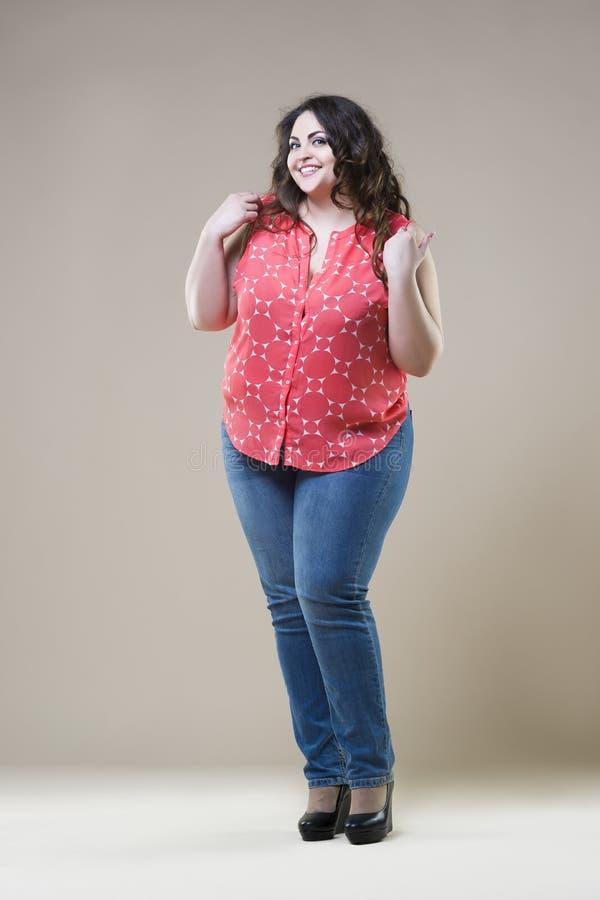 Feliz mais o modelo de forma do tamanho, mulher gorda 'sexy' no fundo bege imagens de stock royalty free