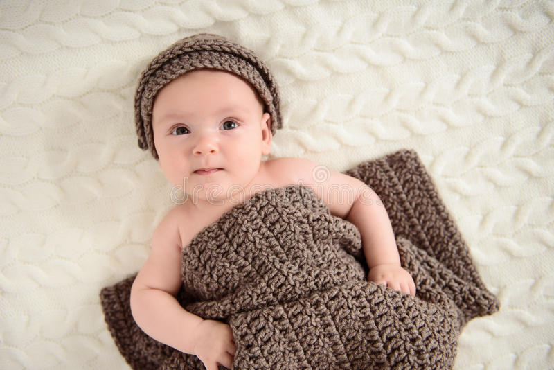 Feliz-mirada del bebé que presenta para la cámara foto de archivo libre de regalías