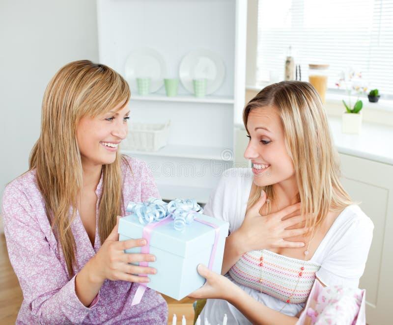 Feliz mujer caucásica que da a su amigo un presente fotos de archivo libres de regalías