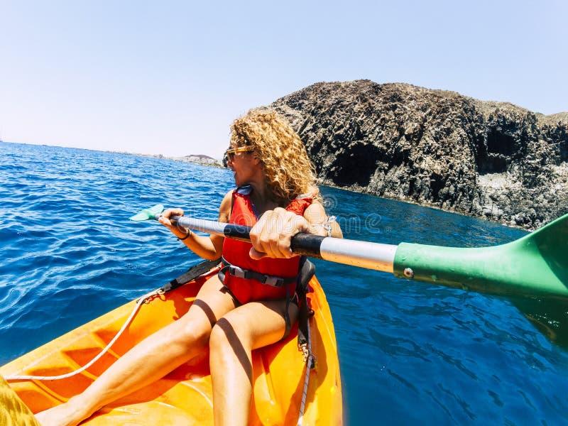 Feliz mulher bonita em atividade de lazer ao ar livre fazendo uma viagem de caiaque no oceano - aproveitando as férias de verão c fotos de stock royalty free