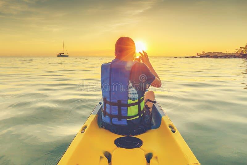 Feliz Mulher em Kayak imagem de stock
