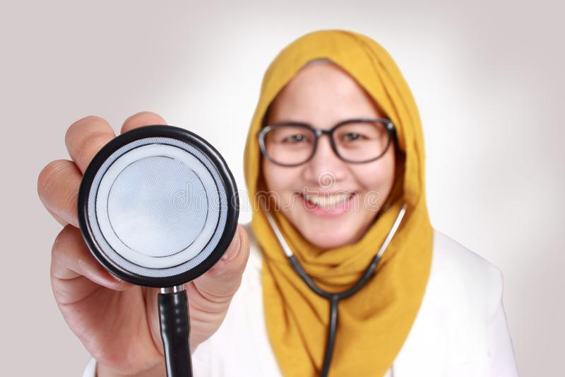 Feliz Mulher Muçulmana Médica Segura Estetoscópio fotos de stock