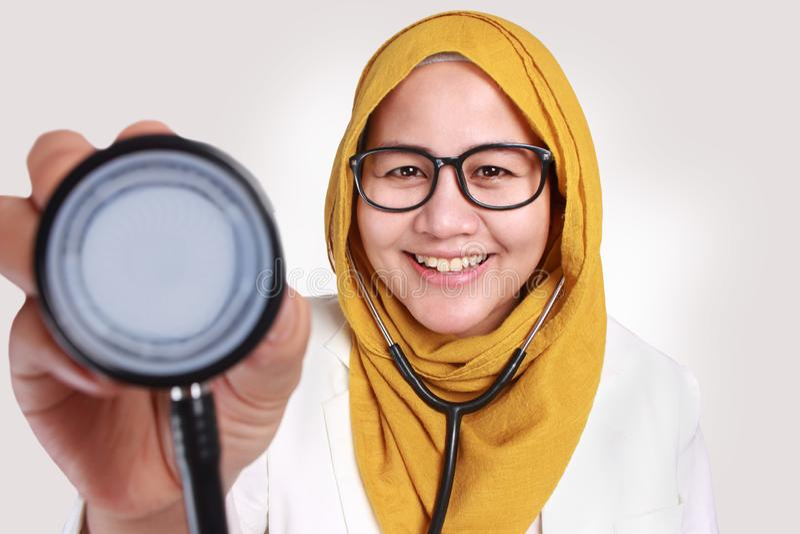 Feliz Mulher Muçulmana Médica Segura Estetoscópio foto de stock