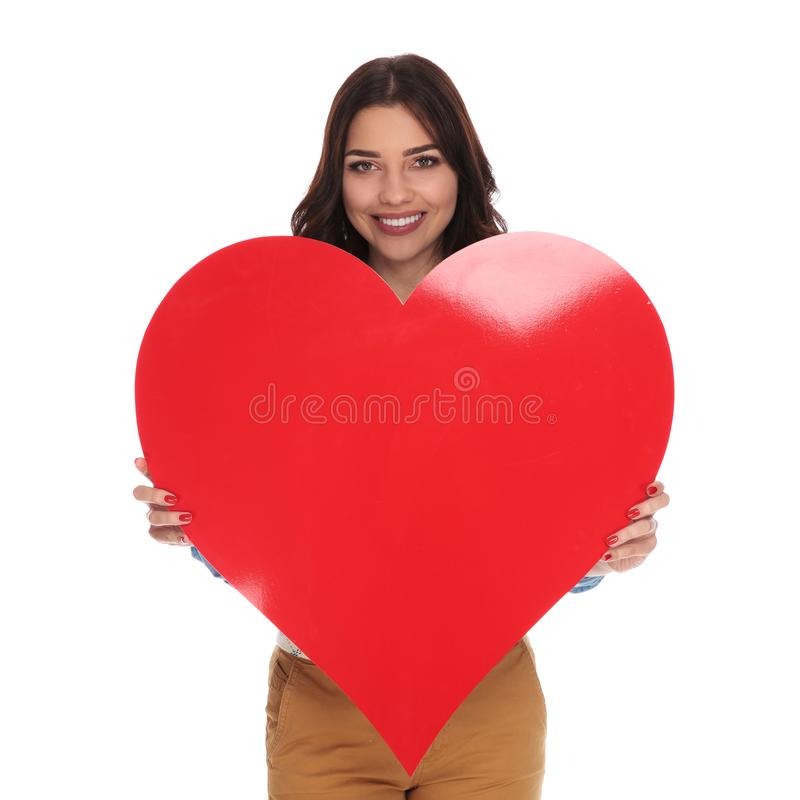 Feliz na mulher do amor que guarda o coração grande fotos de stock