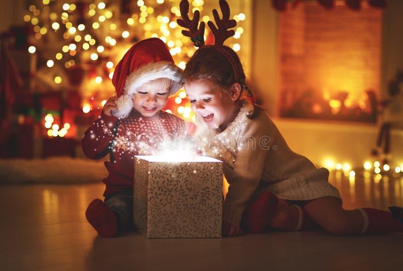 Feliz Natal! crianças felizes com presente mágico em casa foto de stock royalty free