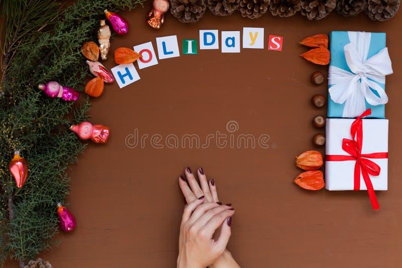 Feliz Natal da decoração dos presentes de época natalícia do inverno da decoração da árvore do ano novo do fundo do Natal das mão fotografia de stock royalty free