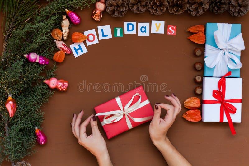 Feliz Natal da decoração dos presentes de época natalícia do inverno da decoração da árvore do ano novo do fundo do Natal das mão fotos de stock