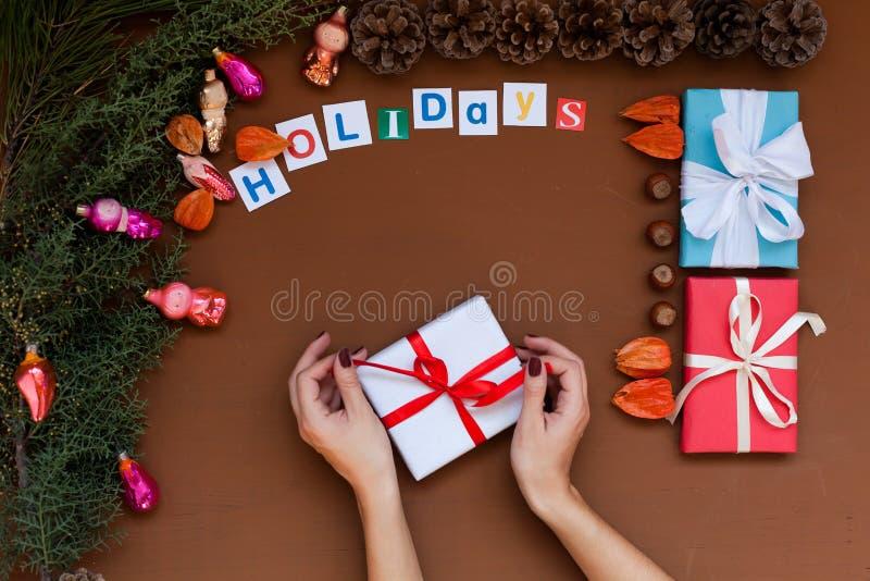 Feliz Natal da decoração dos presentes de época natalícia do inverno da decoração da árvore do ano novo do fundo do Natal das mão foto de stock