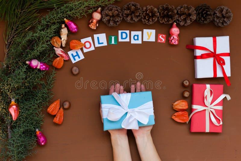 Feliz Natal da decoração dos presentes de época natalícia do inverno da decoração da árvore do ano novo do fundo do Natal das mão imagem de stock