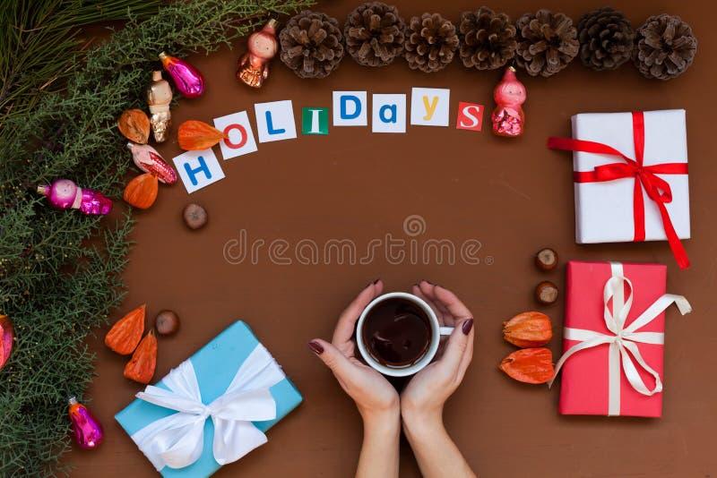 Feliz Natal da decoração dos presentes de época natalícia do inverno da decoração da árvore do ano novo do fundo do Natal das mão imagens de stock