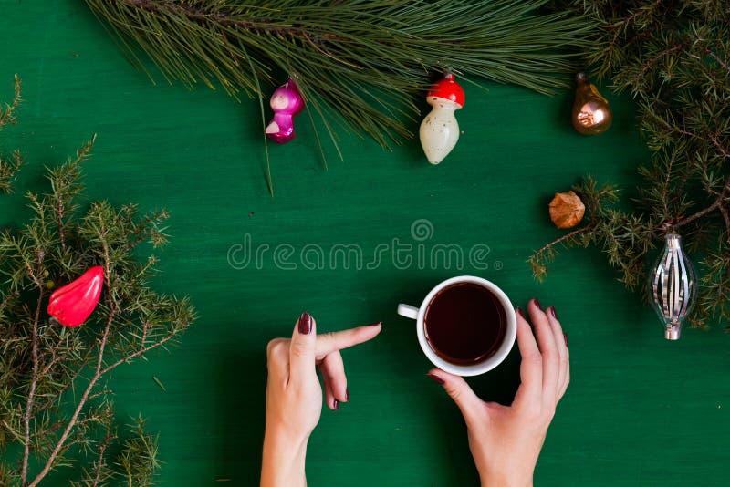 Feliz Natal da decoração dos presentes de época natalícia do inverno da decoração da árvore do ano novo do fundo do Natal das mão fotografia de stock