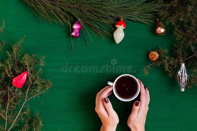 Feliz Natal da decoração dos presentes de época natalícia do inverno da decoração da árvore do ano novo do fundo do Natal das mão fotos de stock royalty free