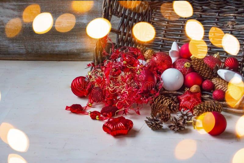 Feliz Natal e ano novo feliz Cesta com brinquedos do Natal e presentes do Natal em um fundo de madeira Natal imagem de stock