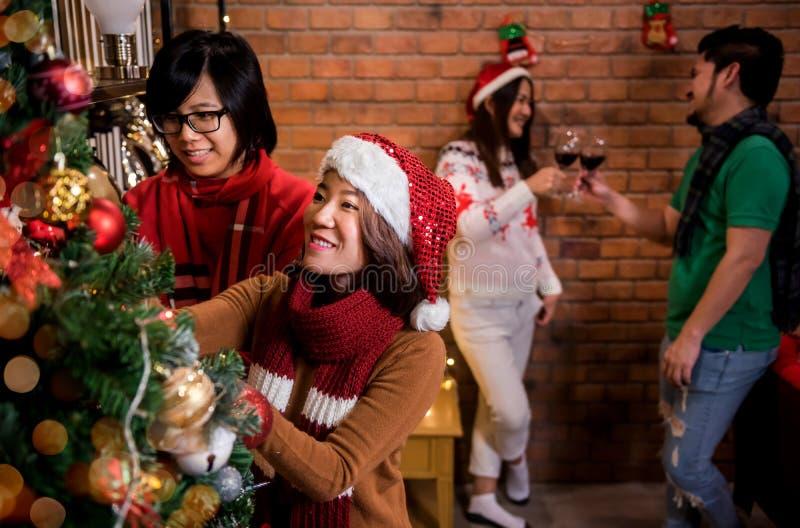 Feliz Natal e ano novo feliz com amigos imagem de stock royalty free