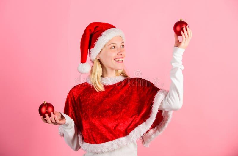 Feliz Natal e ano novo feliz Conceito da preparação do Natal Lets tem o divertimento Natal favorito do ano do tempo Menina foto de stock