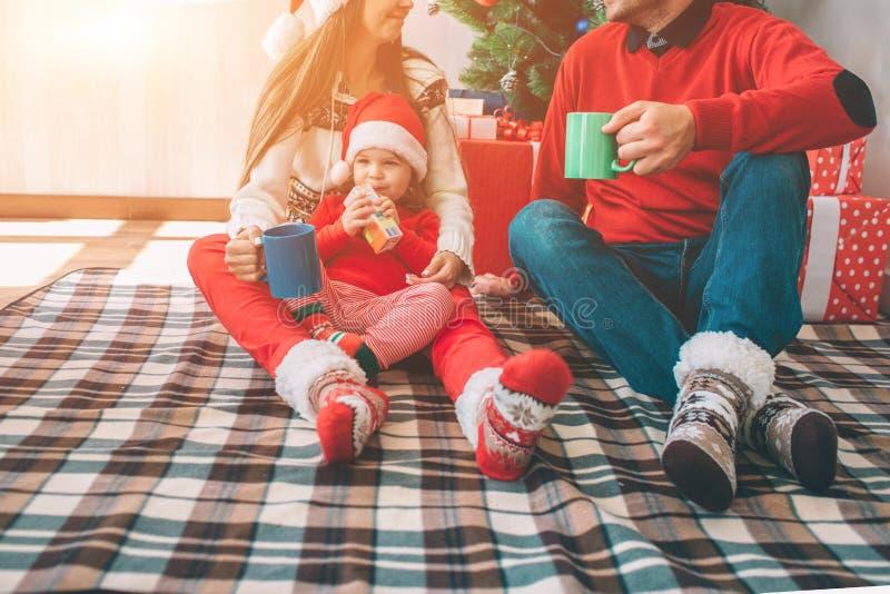 Feliz Natal e ano novo feliz Corte a opinião a família que senta-se junto na cobertura Vestem a roupa colorida homem e imagem de stock