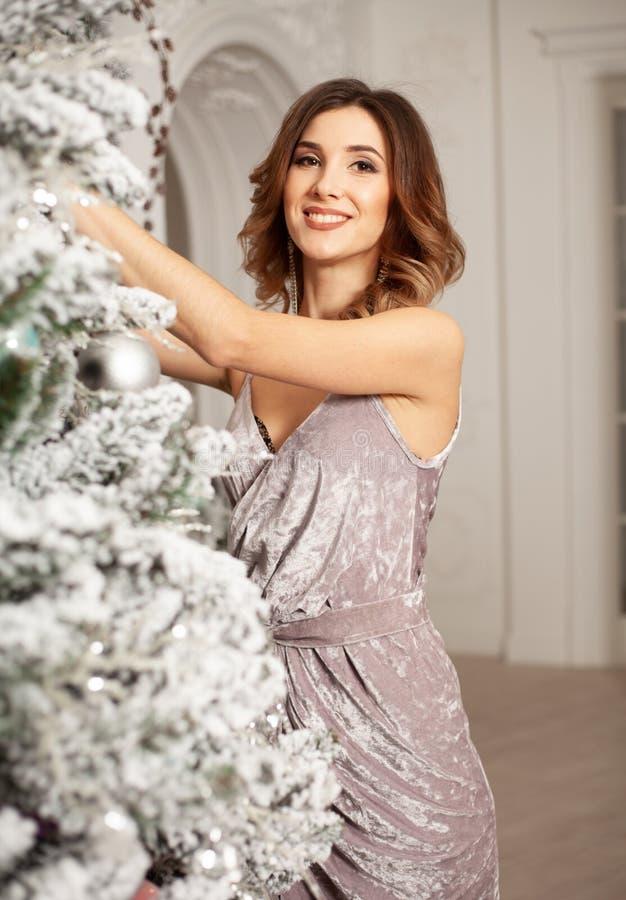 Feliz Natal e ano novo feliz, feriados de inverno e conceito dos povos imagem de stock