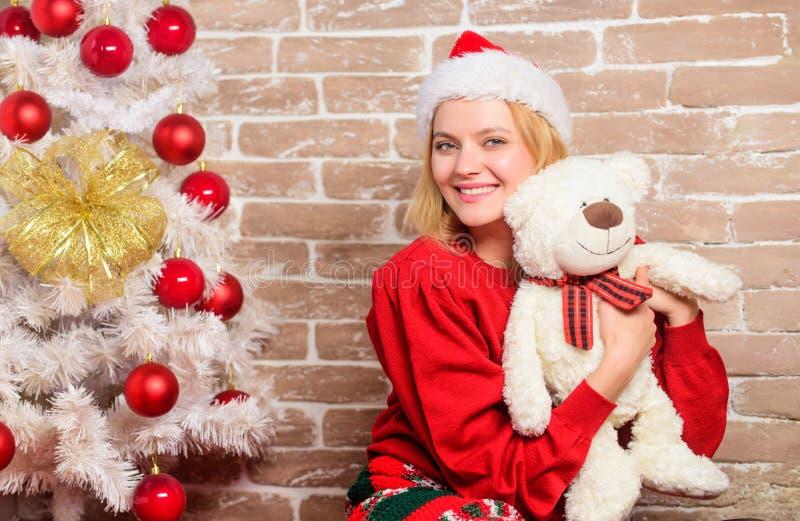 Feliz Natal e ano novo feliz Menina feliz no chapéu de Papai Noel Partido do ano novo Presentes do xmas da entrega Mulher de sorr fotos de stock royalty free