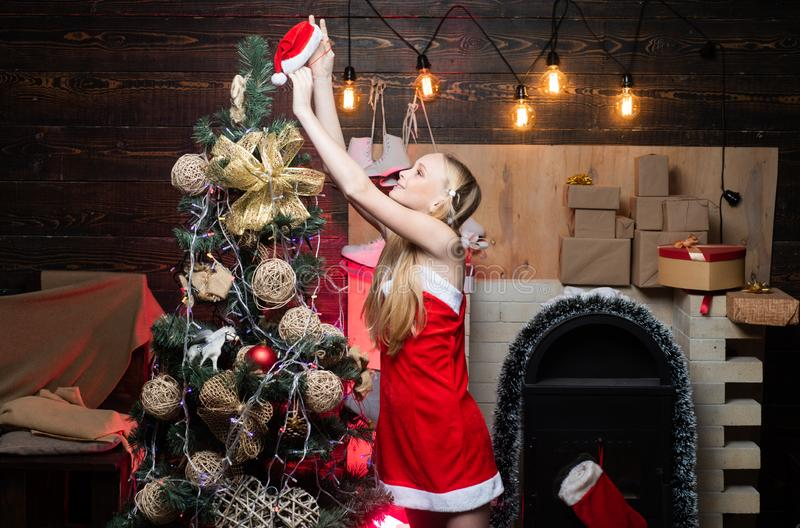 Feliz Natal e ano novo feliz Presentes da abertura no Natal e no ano novo Menina feliz com um presente de Natal imagem de stock royalty free
