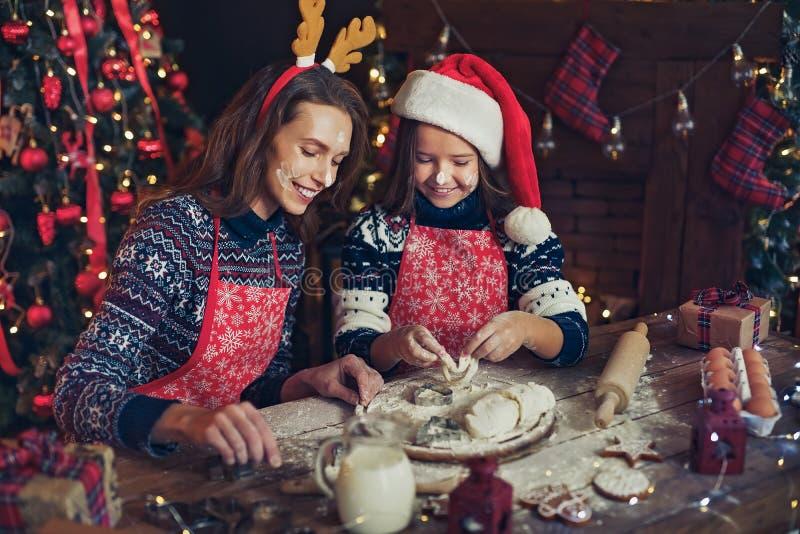 Feliz Natal e boas festas Mãe e filha que cozinham cookies do Natal imagem de stock royalty free