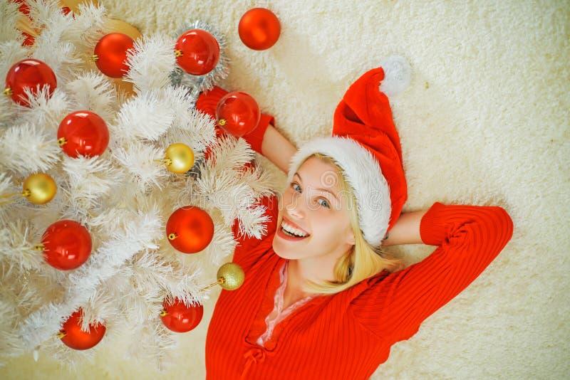Feliz Natal e boas festas A menina feliz decora a árvore de Natal dentro Ano novo A manhã antes do Xmas foto de stock royalty free