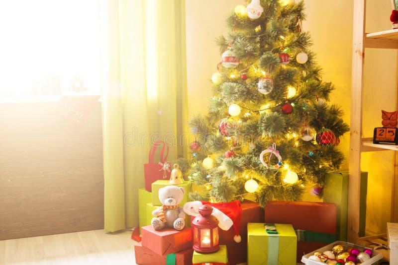 Feliz Natal e boas festas! Uma sala de visitas bonita decorada para o Natal Presentes e presentes sob a árvore de Natal, Wint fotografia de stock
