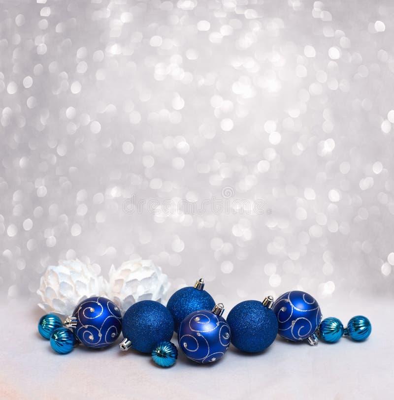 Feliz Natal e cartão do ano novo feliz com bolas azuis fotografia de stock