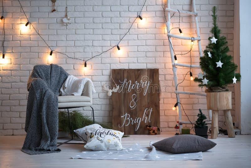 Feliz Natal e fundo da parede de tijolo do ano novo decoração branca Estilo do sótão imagem de stock royalty free