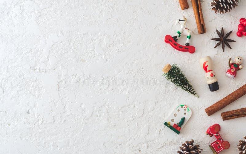Feliz Natal e plano de ano novo sobre madeira branca grunge com espaço para cópia para seu texto Vintage Retro imagem de stock royalty free