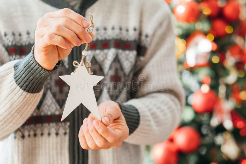 Feliz Natal, homem branco, ornamento de estrela feito à mão imagens de stock royalty free