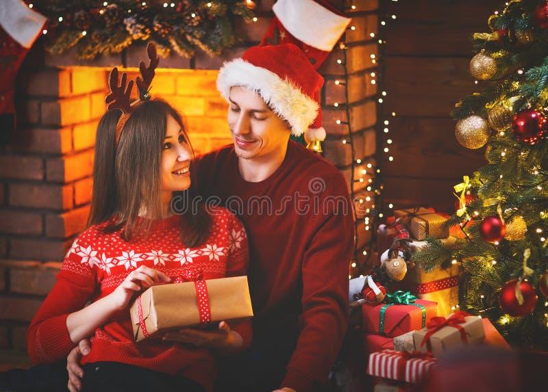 Feliz Natal! pares da família com o presente mágico do Natal foto de stock